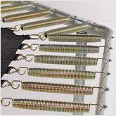 Kontrollieren Sie den ZUstand der Federn Ihres Trampolins