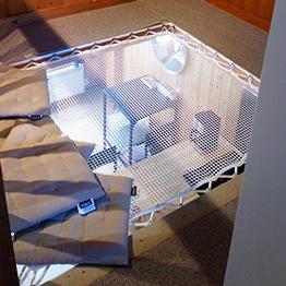 Raumoptimierung durch hängendes Netz in kleinem Ferienhaus