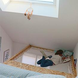 Gestaltung eines Zimmers mit Dachschräge für Jugendliche mit Velux - Hängemattenboden