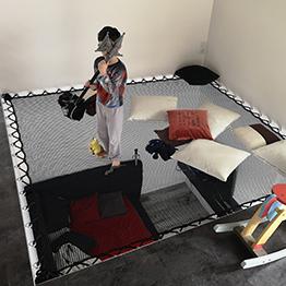 Spielbereich für Kinder mit hängendem Netz in modernem Haus
