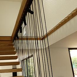 Modernes Geländer mit schwarzem Netz