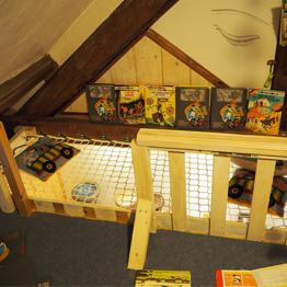 Kleiner Spielbereich für Kinder mit Sicherheitsnetz