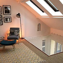 Wohnnetz im Innenraum unter Dachfenstern installiert