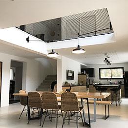Schwarzes Netz über einem modernen Wohnzimmer