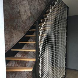Treppengeländer mit Stahlrahmen und vertikalem Sicherheitsnetz
