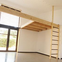 Renovierung eines Hauses mit Netz als Zwischengeschoss